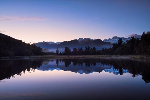 Westland - South Island New Zealand「Dawn Breaks Over Lake Matheson In New Zealand」:スマホ壁紙(3)