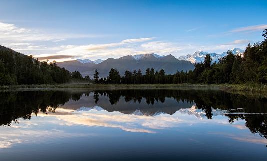 Westland - South Island New Zealand「Dawn Breaks Over Lake Matheson In New Zealand」:スマホ壁紙(1)