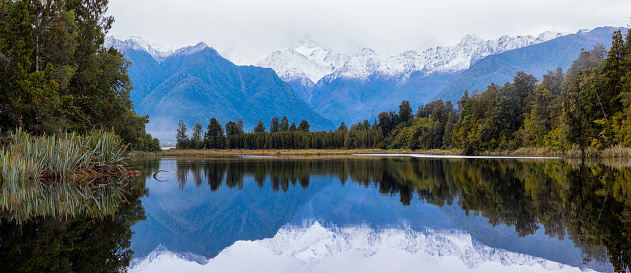 Westland - South Island New Zealand「Dawn Breaks Over Lake Matheson In New Zealand」:スマホ壁紙(2)