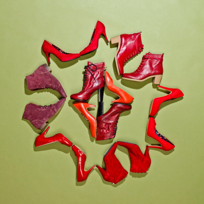 Fashion「Various pairs of red shoes arranged in a pattern」:スマホ壁紙(0)