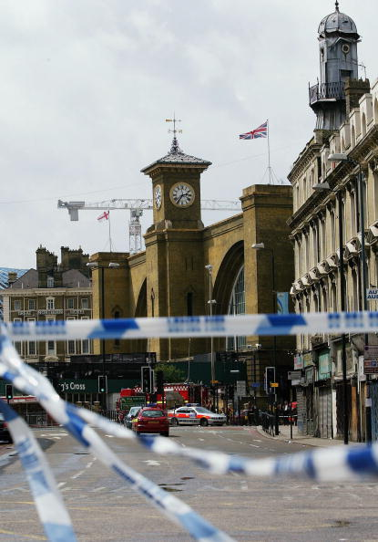 Focus On Background「Emergency Services On The Scene Of Blast On London Tube」:写真・画像(4)[壁紙.com]