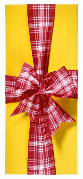 タータンチェック「Wrapped gift with plaid ribbon and bow, studio shot, close-up」:スマホ壁紙(8)