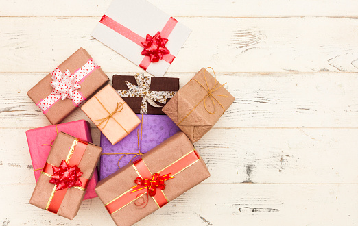 Gift「Wrapped gifts on wooden table」:スマホ壁紙(11)