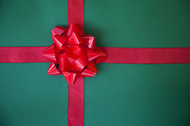 wrapped gift with a red bow:スマホ壁紙(壁紙.com)