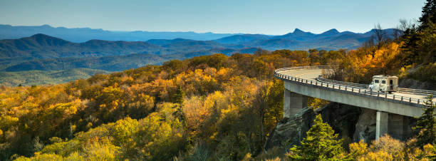 Linn Cove Viaduct panorama on the Blue Ridge parkway in autumn:スマホ壁紙(壁紙.com)