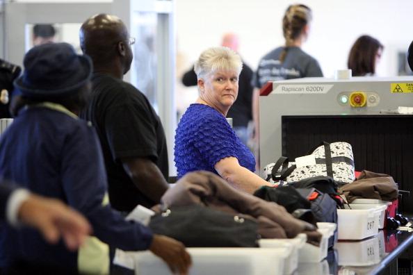 LAX Airport「LA Mayor Villaraigosa Uses Airport Scanner At LAX」:写真・画像(17)[壁紙.com]