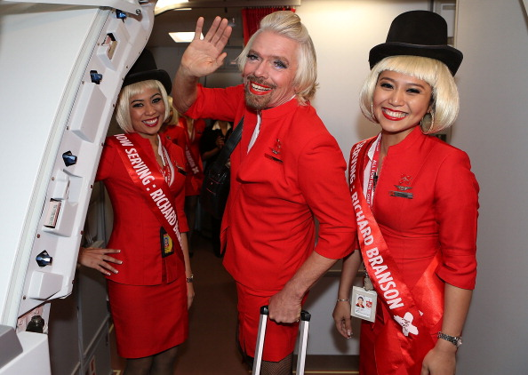 "Males「""Stewardess"" Richard Branson Serves Passengers On AirAsia Flight」:写真・画像(9)[壁紙.com]"