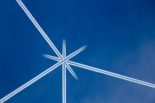 北チロル「Austria, Maria Alm, Crossed vapor trails of airplanes in blue sky」:スマホ壁紙(7)