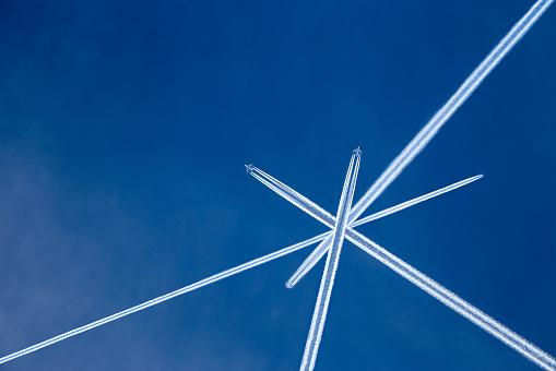 北チロル「Austria, Maria Alm, Crossed vapor trails of airplanes in blue sky」:スマホ壁紙(6)