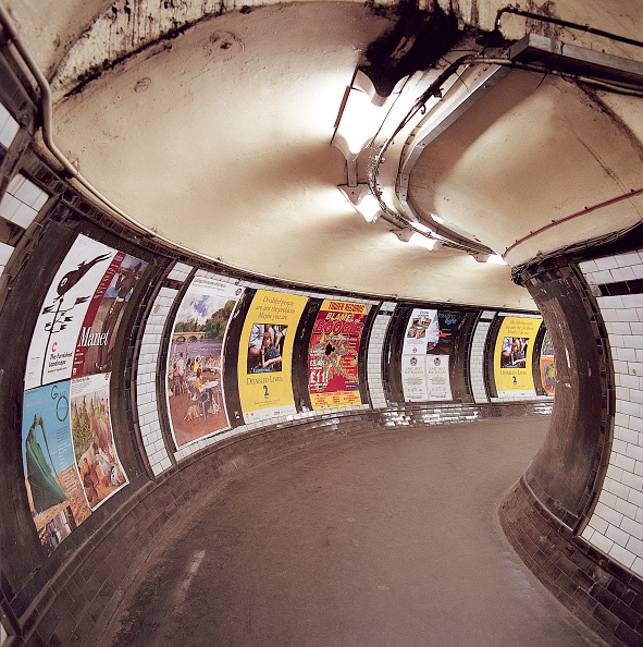 Sparse「Passenger tunnel in Angel Underground station before refurbishment. London, United Kingdom.」:写真・画像(1)[壁紙.com]