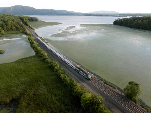Passenger train traveling up the hudson river:スマホ壁紙(壁紙.com)