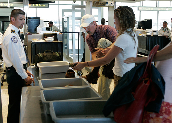 保安「Dulles Airport Helps Travellers Navigate Security Checkpoints」:写真・画像(2)[壁紙.com]