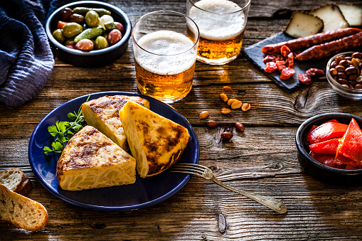 Bread「Tapas: spanish tortilla, chorizo, pimientos, olives and beer on rustic wooden table」:スマホ壁紙(14)