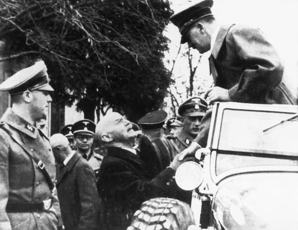 Instructor「Adolf Hitler greeting his former teacher」:写真・画像(10)[壁紙.com]