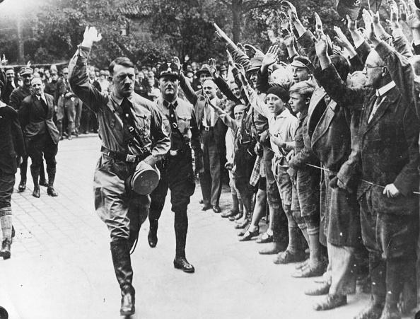Crowd「Saluting Hitler」:写真・画像(1)[壁紙.com]