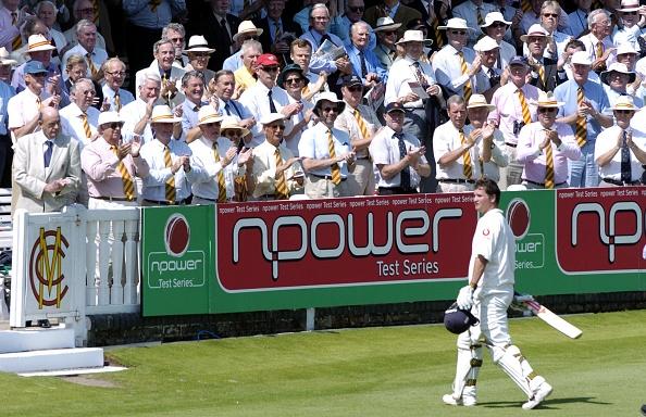 St「Batsman walks off pavilion crowd clapping」:写真・画像(7)[壁紙.com]