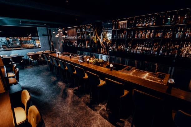 Modern empty night bar waiting for guests.:スマホ壁紙(壁紙.com)