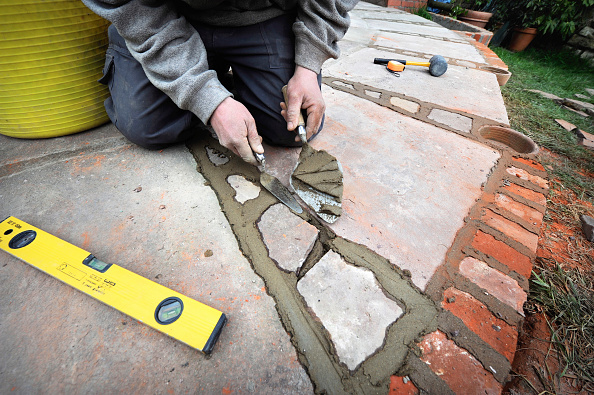 Mortar - Weapon「Man pointing patio with natural stone slabs, UK」:写真・画像(1)[壁紙.com]