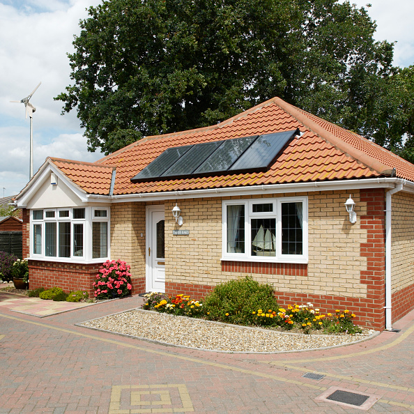 Environmental Conservation「Solar heating panels on a bungalow roof, Clacton-on-Sea, Essex, UK」:写真・画像(9)[壁紙.com]