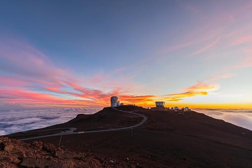 Haleakala National Park「View from Red Hill summit to Haleakala Observatory at dusk, Maui, Hawaii, USA」:スマホ壁紙(18)