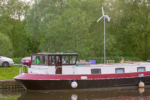 Uncultivated「Low carbon living. House boats on the Fossdyke at Lincoln UK. Living in such a way uses a fraction of the energy that a traditional house does.」:写真・画像(14)[壁紙.com]