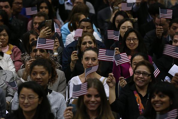式典「Immigrants Are Sworn In As U.S. Citizens In Naturalization Ceremony At L.A. Convention Center」:写真・画像(18)[壁紙.com]