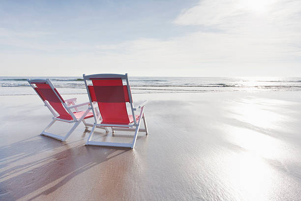 Maine, Red deckchairs on empty beach:スマホ壁紙(壁紙.com)