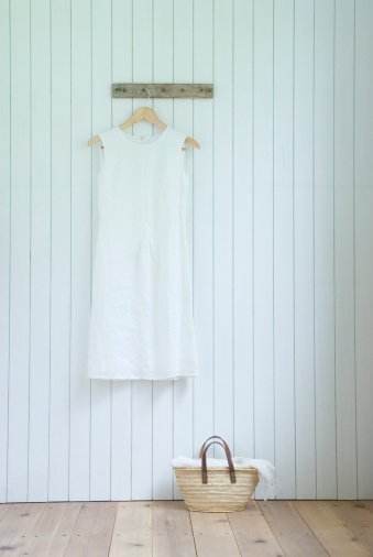 ドレス「Linen dress hanging on wall」:スマホ壁紙(6)