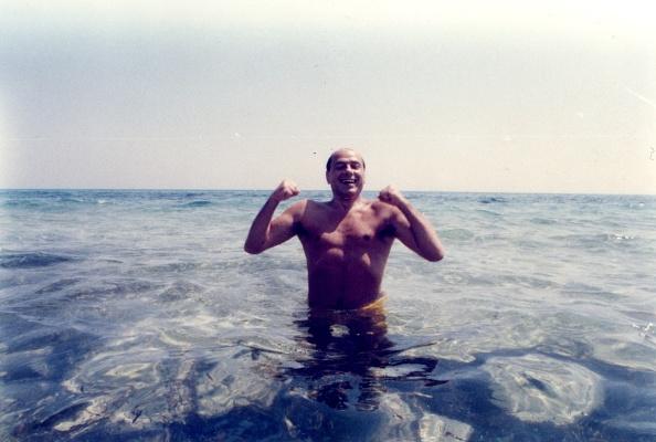 Sea「Silvio Berlusconi at the beach in Hammamet in 1984」:写真・画像(18)[壁紙.com]