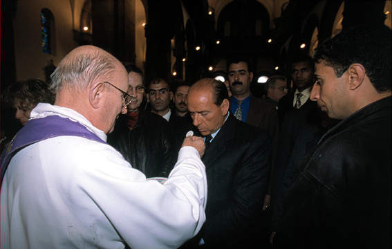 Religious Dress「Silvio Berlusconi at the funeral of the Italian politician Bettino Craxi in Tunis in 2000」:写真・画像(4)[壁紙.com]