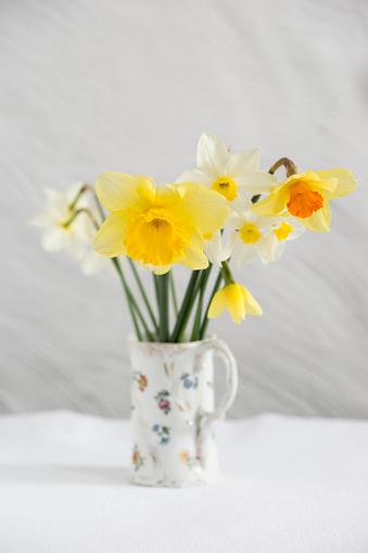 イースター「Daffodils in vase」:スマホ壁紙(2)