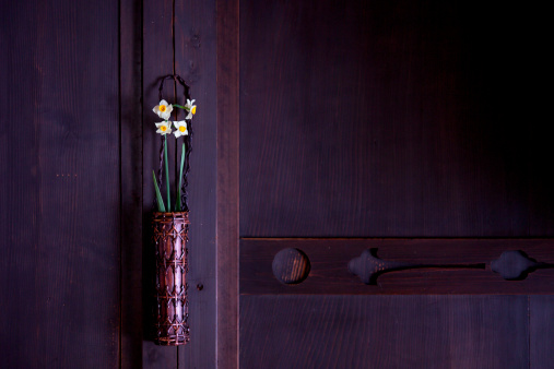 水仙「Daffodils in a vase hanging in a house」:スマホ壁紙(9)