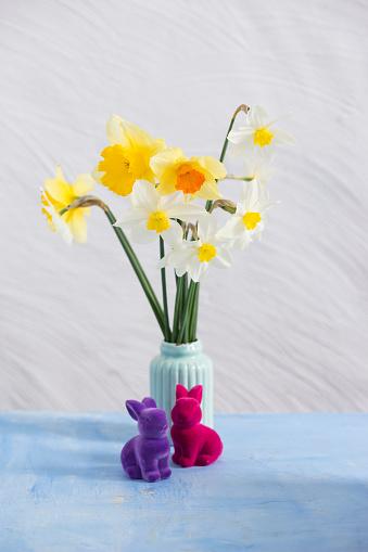 イースター「Daffodils in vase, Easter bunny figurines」:スマホ壁紙(0)