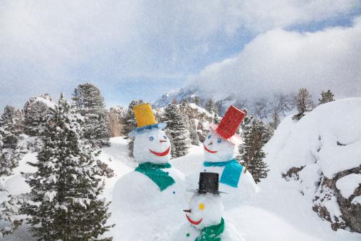 雪だるま「雪が降る強く雪だるま山々を」:スマホ壁紙(7)