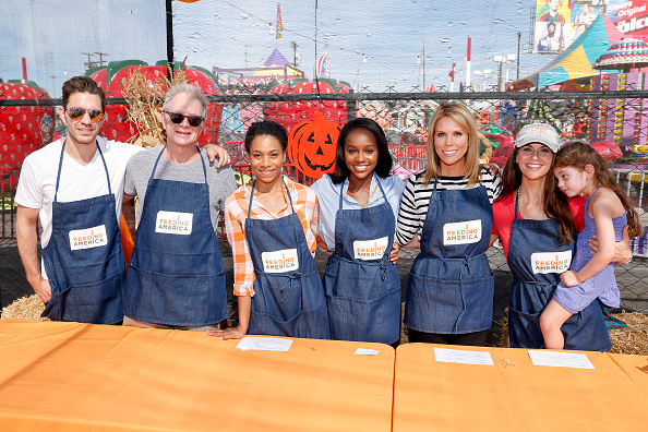 Agricultural Activity「Feeding America And The Los Angeles Regional Food Bank Host Holiday Harvest Volunteer Event At Shawn's Pumpkin Patch」:写真・画像(18)[壁紙.com]