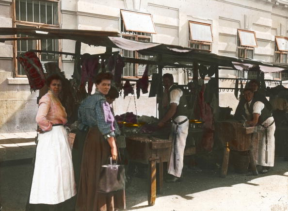 Butcher's Shop「Shopping at a butcher's market stall. Vienna, 16th district. Hand-colored lantern slide. Around 1910.」:写真・画像(1)[壁紙.com]