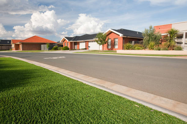 Victoria and New South Wales have been gripped by a desperate drought for the last 15 years, leading to water shortages. These new houses in Echuca have been designed with plastic grass lawns as it is simply too expensive to water the lawns, or water res:ニュース(壁紙.com)
