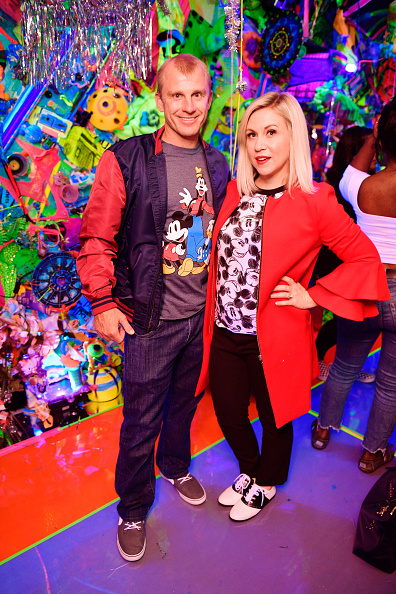 赤のコート「Kenny Scharf Presents The Cosmic Cavern In Celebration Of Mickey's 90th Anniversary」:写真・画像(6)[壁紙.com]