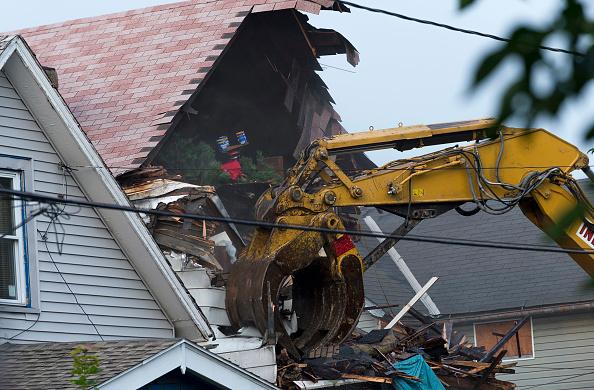 Demolishing「House Where Ariel Castro Held 3 Women Hostage is Torn Down」:写真・画像(5)[壁紙.com]