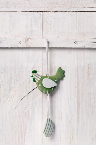 イースター「Decorated cock with easter egg hanging on wooden door, close up」:スマホ壁紙(7)