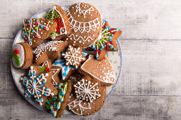 Decorated Christmas gingerbread cookies in a plate:スマホ壁紙(壁紙.com)