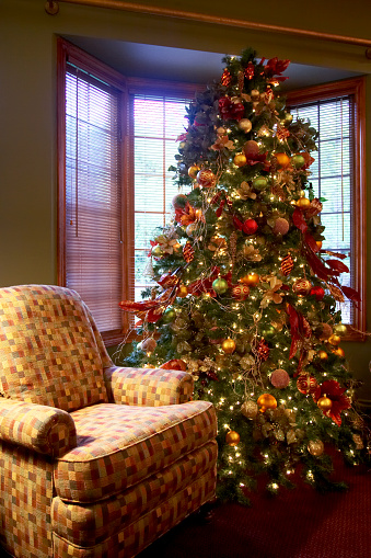 アーカイブ画像「Decorated Christmas Tree Nestled By The Window Next To An Armchair, Canada, Ontario」:スマホ壁紙(3)