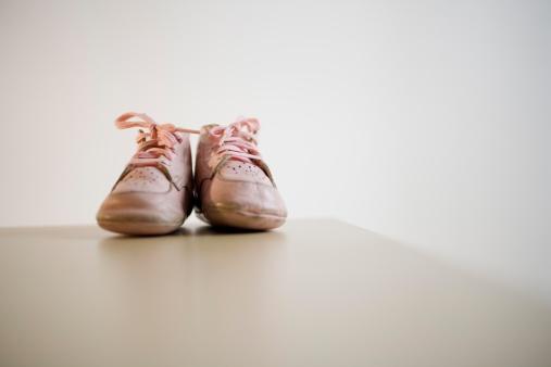ペア「Pair of baby shoes on table」:スマホ壁紙(13)
