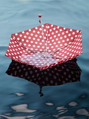 Umbrella「Umbrella floating on water, high angle view」:スマホ壁紙(19)