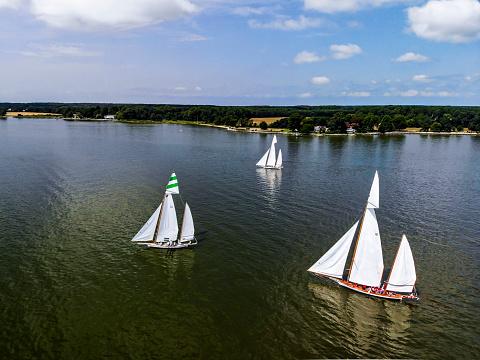 Chesapeake Bay「Sailboats in regatta along Chesapeake Bay, Maryland, USA」:スマホ壁紙(3)