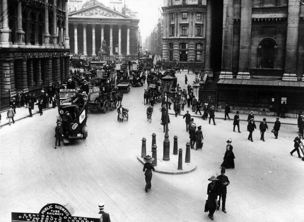 Architectural Feature「Traffic At Bank」:写真・画像(0)[壁紙.com]
