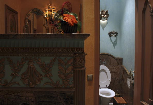 Toilet「Moscow Restaurant Restroom Feature」:写真・画像(3)[壁紙.com]