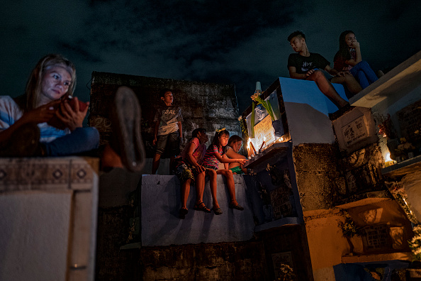 Bestpix「Filipinos Mark All Saints' Day In Manila」:写真・画像(4)[壁紙.com]