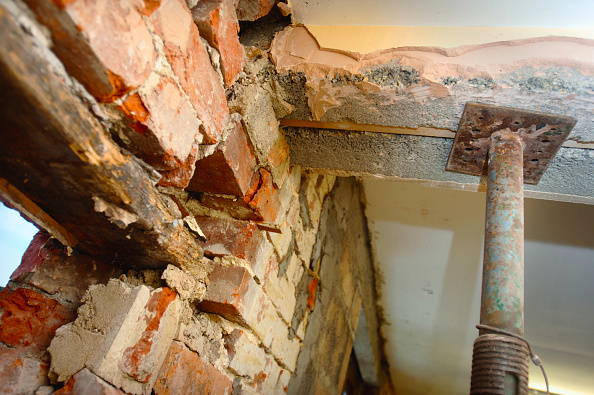 Rotting「Acrow props holding a concrete lintel where a doorway with an old wooden lintel needs to be repaired」:写真・画像(5)[壁紙.com]