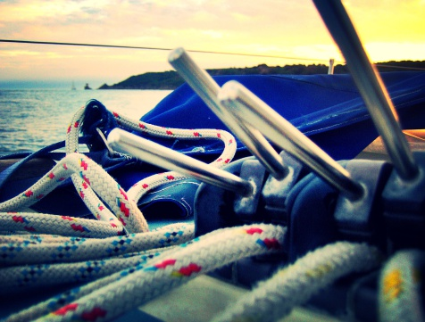 Lanyard「England, Channel Islands, Jersey, Saint Helier, Close up shot of lanyards on sail boat at sunset」:スマホ壁紙(17)